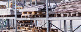 interno di un magazzino con materiale edile