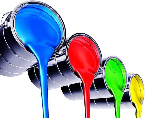 Diversi colori che colano da un contenitore