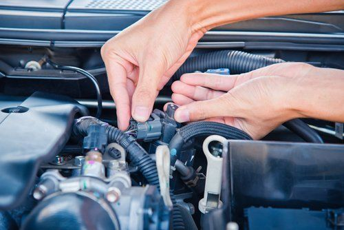 meccanico ripara il motore