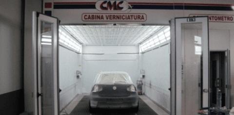 auto dentro una cabina per la verniciatura