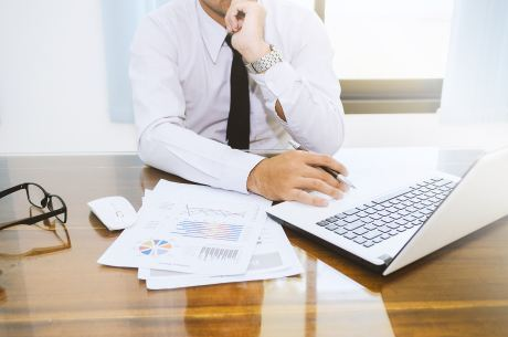 Un uomo di fronte a un computer
