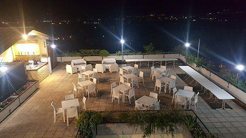 terrazza di un ristorante con tavoli e sedie