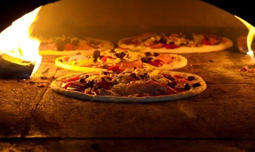 Alcune pizze nel forno a legna