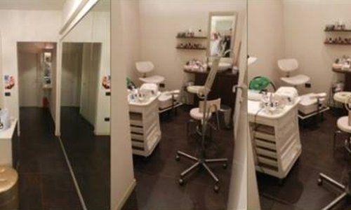 tre foto una mostra un corridoio con due entrate e le altre due lo studio con una cassettiera bianca con sopra dei prodotti, una sedia e altre apparecchiature