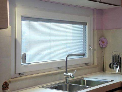 un lavandino e dietro una finestra