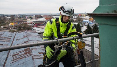 manual high worker preparing for abseiling from tower