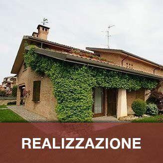 casa su un piano con erba sulle pareti