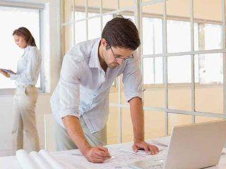 persone lavorano  su una progettazione edile