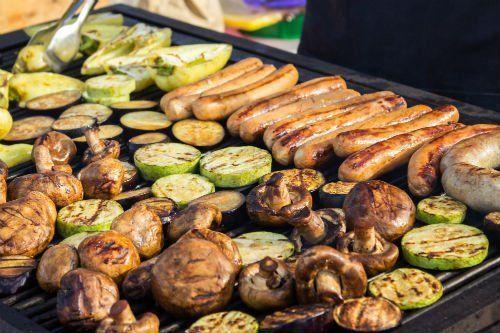 dei wurstel e della verdura sulla griglia