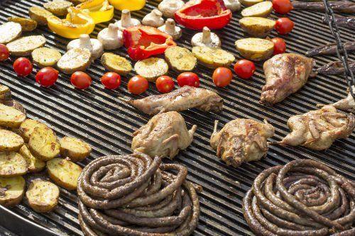 della carne e della verdura su una piastra