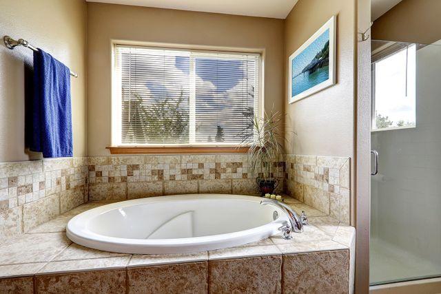 ampia doccia con porte a vetri e sanitari dal design moderno