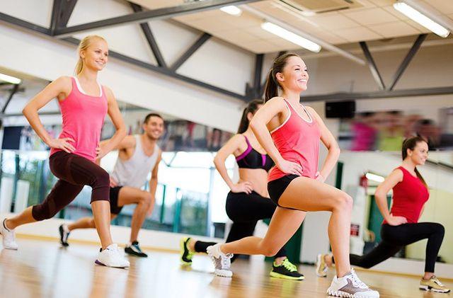 delle ragazze che fanno degli esercizi