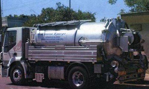 camion con cisterna per servizio videoispezione