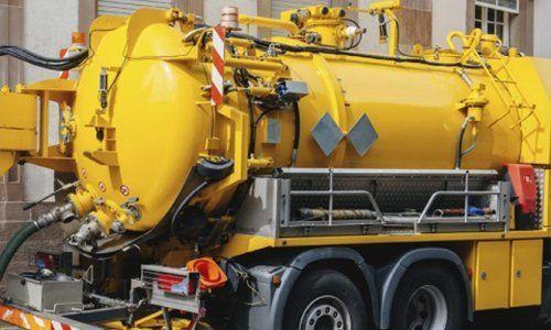 camion giallo con cisterna per trasporto rifiuti