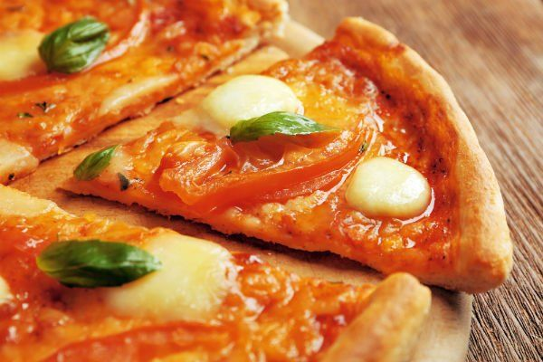 un tagliere di una pizza margherita