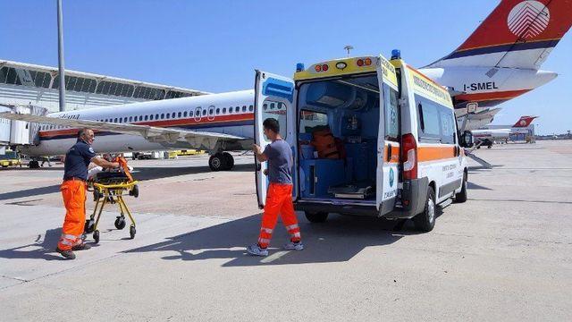 un aereo un'ambulanza e due soccorritori