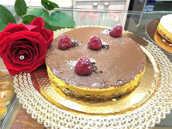 una torta con nutella e delle fragole