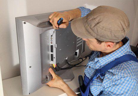 Un tecnico ripara un televisore a schermo piatto