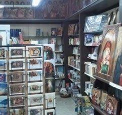 dei dipinti religiosi e altro in un negozio