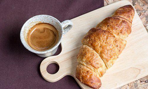 Cornetto e caffé espresso presso Bar 3 Archetti a Perugia