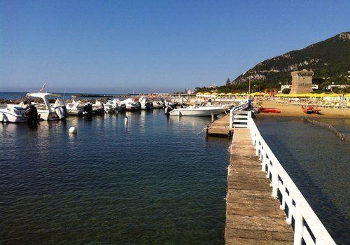 vista laterale delle barche e la spiaggia