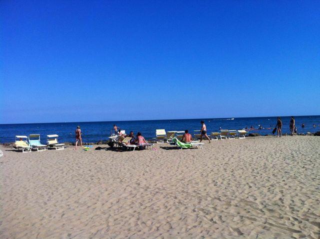 spiaggia dedicata ai soli lettini