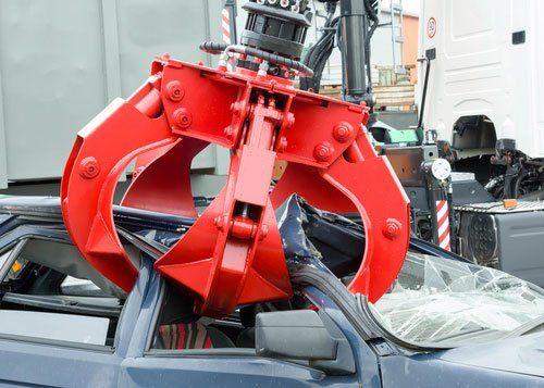 braccio meccanico che aggancia un'auto da demolire