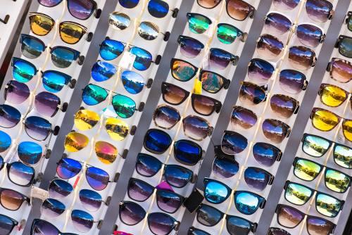Occhiali da sole di design moderno, vetri di colori e forme attraenti