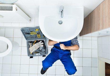 Un'idraulico ripara il lavandino a San Pietro Vernotico