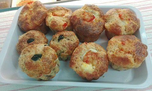 Muffin salati con pesce spada, olive nere, gamberi, philadelphia e mozzarella