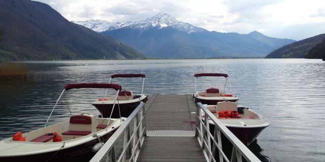 molo sul lago con delle barche