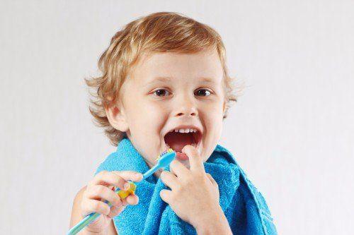 bimbo con spazzolino