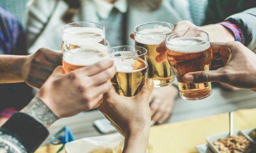 un brindisi con dei bicchieri di birra
