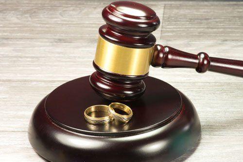 un martello di legno del giudice e due fedi d'oro