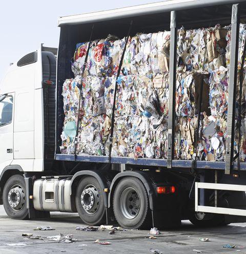 camion che trasporta rifiuti