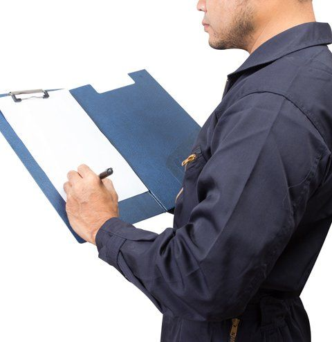 operaio in tutta che scrive su una cartellina