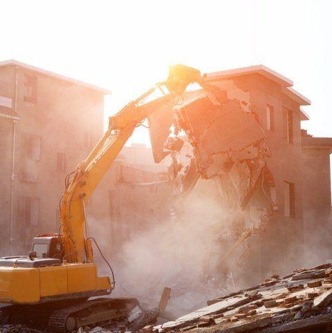 mezzo da demolizione in azione