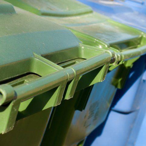 dettaglio dei maniglioni dei contenitori per la differenziata
