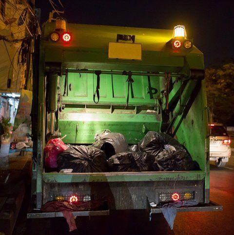 visuale posteriore di un mezzo di raccolta rifiuti