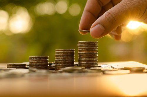 Pile di monete di diversa altezza