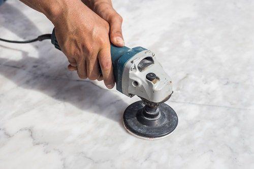 Lucidando il suolo di marmo con la macchina
