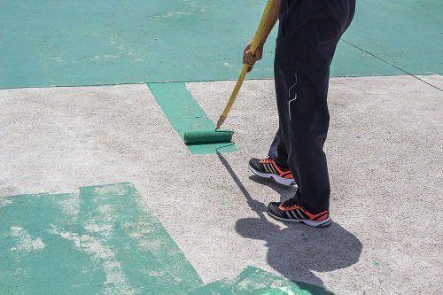 Dipingendo di verde il suolo di cemento