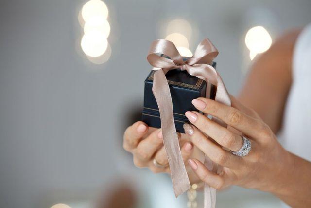 una confezione regalo per piccoli gioielli