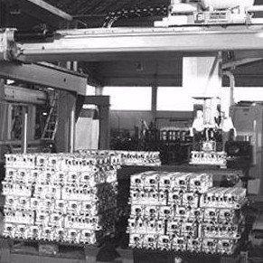 una fabbrica in bianco e nero