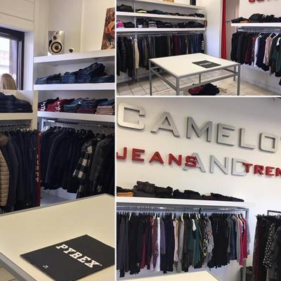 abbigliamento casual su scaffali, presso camelot
