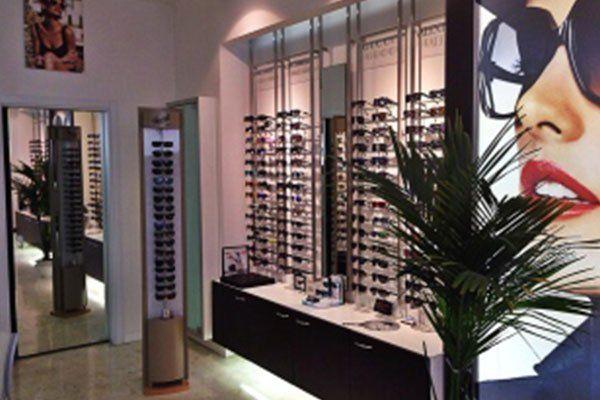 interno di un negozio di occhiali