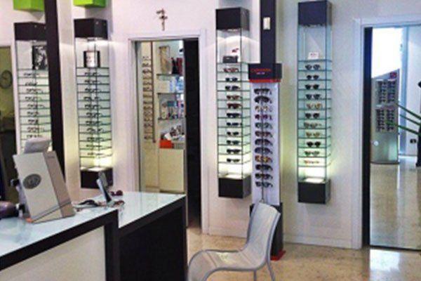 degli occhiali esposti in un negozio