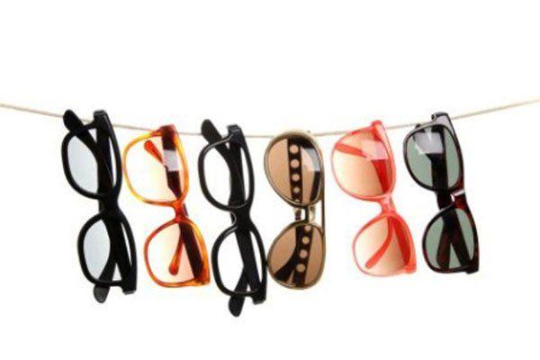 degli occhiali da sole di diversi colori appesi a un filo