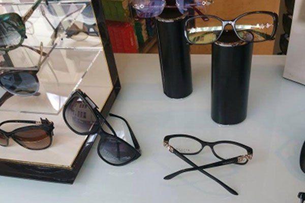 degli occhiali da sole neri fuori e dentro una vetrinetta