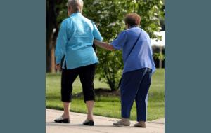 una coppia di donne cammina a braccetto